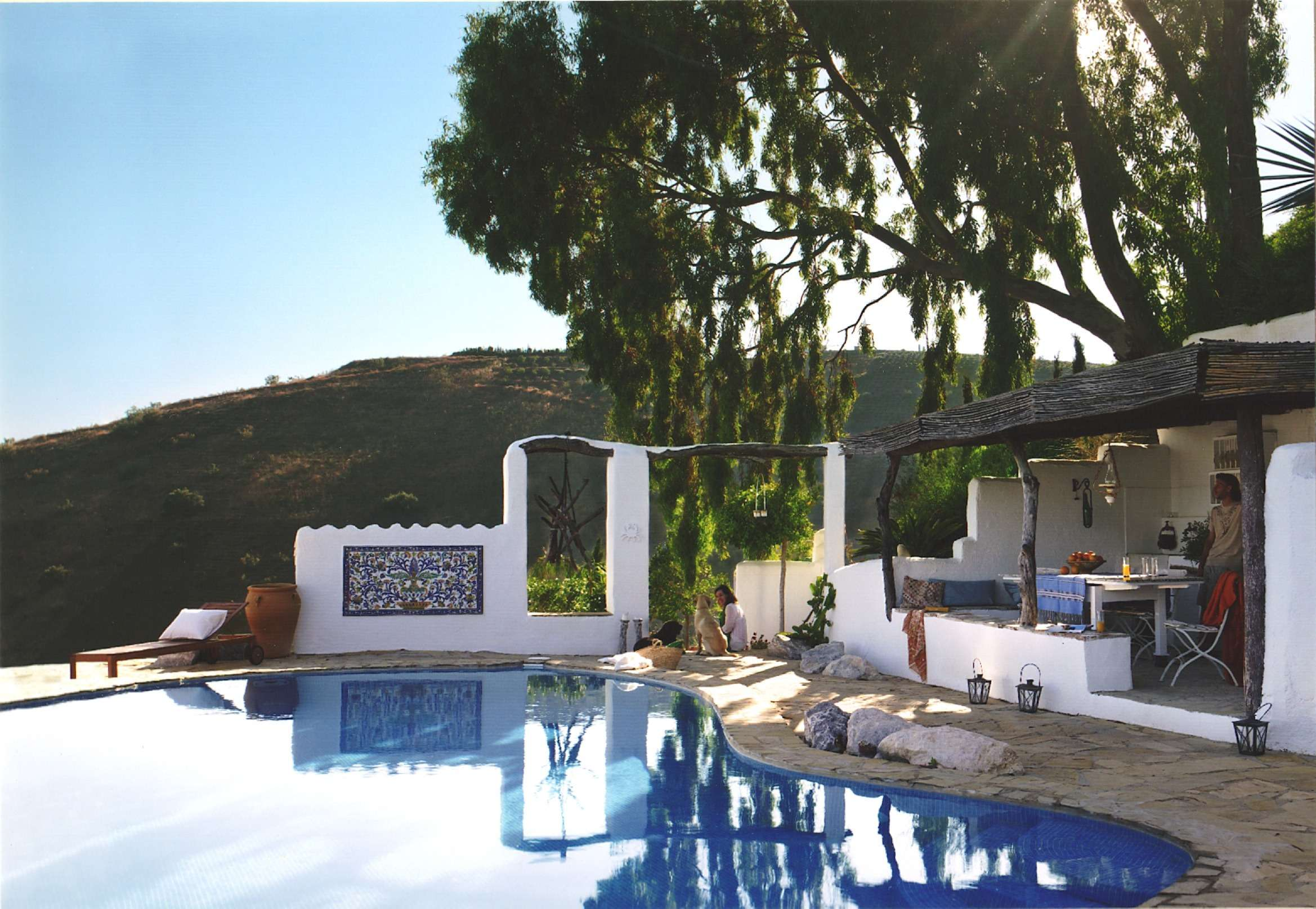 Swimming pool and outdoor dining room at Villa El Carligto in Spain
