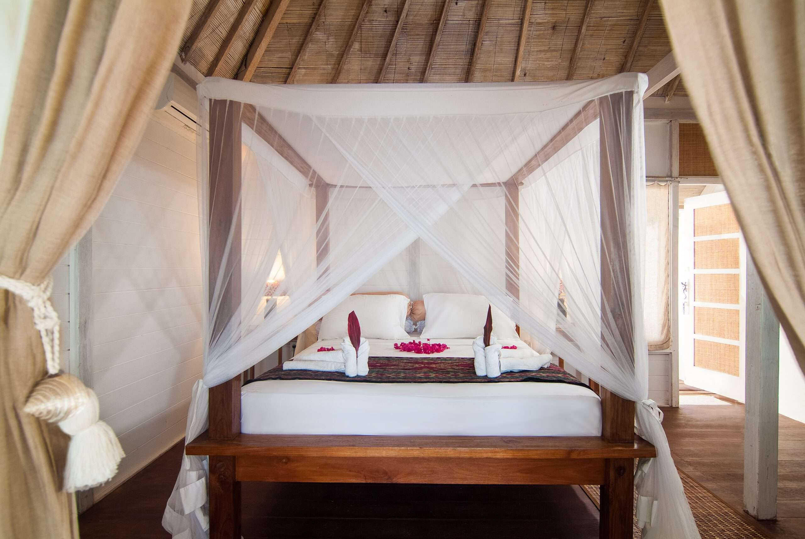 bright bedroom with four poster bed at Villa Coral Flora in Gili Trawangan