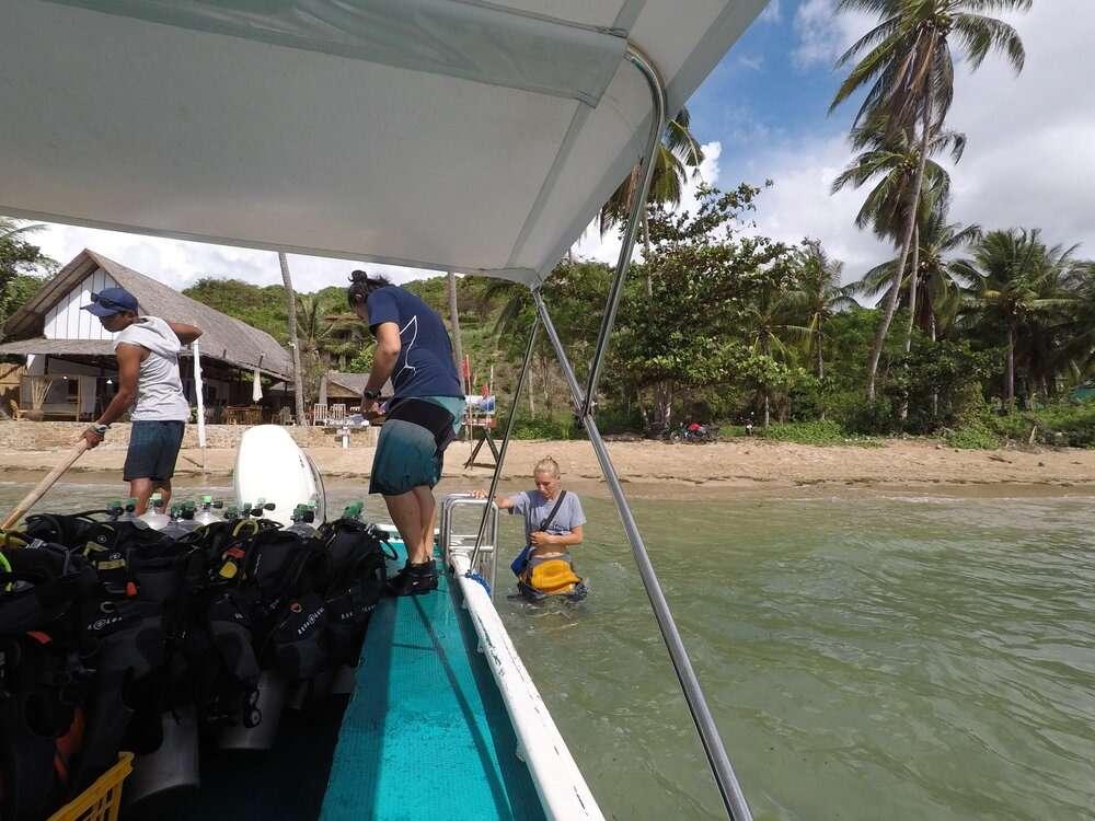 Dive Sibultan instrucors loading the boat